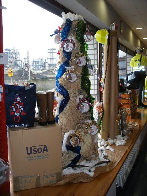 Tienda USOA con su escaparate de navidad terminado, USOA-CIR-FSE.