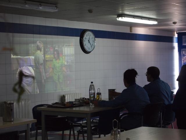 Proyección del vídeo Entender lo que sentimos, una experiencia creativa (CIR-USOA y DOERIA), Comedor Verde, USOA.